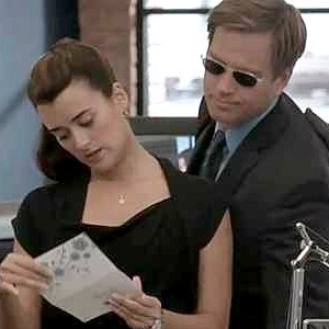 Hei eveybody! :) Can somebody please help me out in wich episode does Ziva recive a note/card and who is it from? And in wich episode do we see the same note on her escritorio in a frame? Please? Thank tu :) (disclaimer; the picture does not belong to me)
