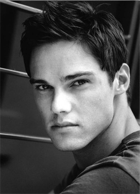 Right.Im going to say a actor and tu post a picture that is hot.Post a picture of arrendajo, jay Ryan that tu think is hot.
