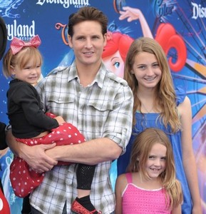 Post a pic of an actor with someone in his immediate family.It can be his wife,mother,father,brothers,sisters, kids.Mine is Peter Facinelli(from Twilight saga) with his 3 daughters.