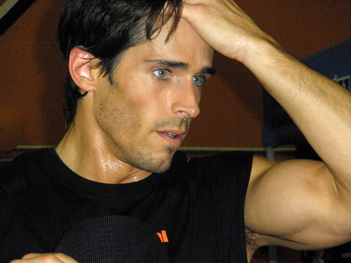 Post a picture of an actor which shows his muscles in his arms.