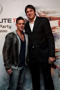 Post a picture of an actor with someone whos way taller than him.