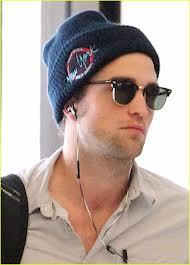 Post a pic of your fave actor with his i-pod earbuds in his ears.Mine is of my sexy Robert Pattinson<3