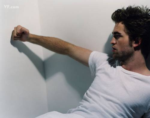 Post a pic of your actor punching a wall(or about to).Mine is of my sexy Robert Pattinson about to meninju, pukulan a wall.<3