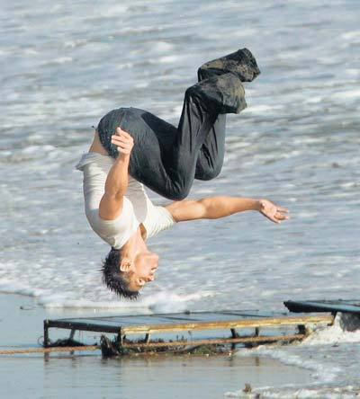 Post a pic of an actor doing a backflip.Here's my Robert's co-star from Twilight,Taylor Lautner doing a backflip.