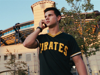 Post a pic of an actor wearing either a football,baseball または バスケットボール, バスケット ボール jersey.Here is Robert's Twilight co-star Taylor Lautner in a scene from Abduction in a baseball jersey.