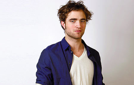 Post a pic of your actor wearing 2 different colored shirts.Here is my gorgeous Robert wearing a white camisa under a blue one,and looking oh so fine!!!<3