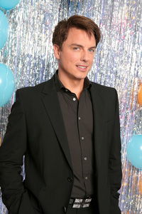 Post a picture of an actor with balloons.