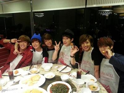 Can u post zaidi cute pic of Boyfriend in Singapore shabiki meeting? Pls..... I really need it!
