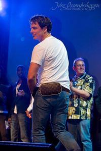 Post a picture of an actor wearing a bumbag.