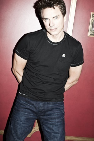 Post a picture of an actor wearing a black t-shirt.