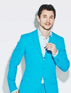 Post a picture of an actor wearing blue