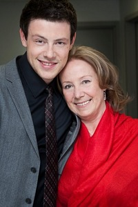 Post a picture of an actor with his mum.