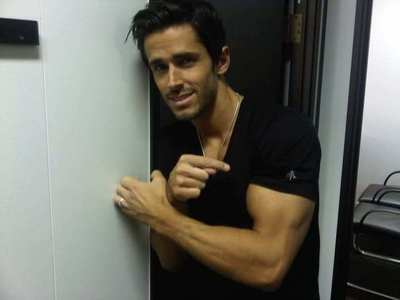 Post a picture of an actor who has muscles.