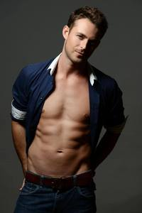 Post a picture of an actor tonen some of his body.