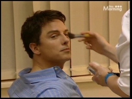 Post a picture of an actor tampilkan one full eyebrow.