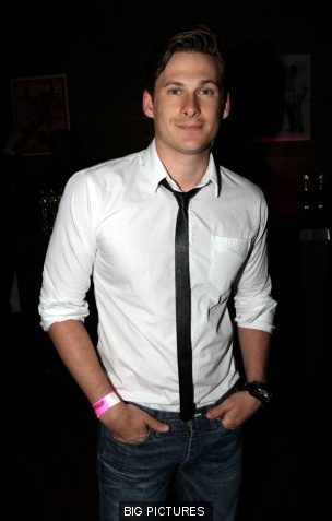 Post a picture of an actor wearing a long tie.