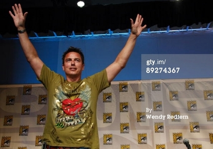 Post a picture of an actor with a t-shirt on.