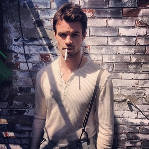 Post a picture of an actor with a wall.