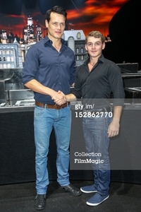 Post a picture of an actor who is tall.