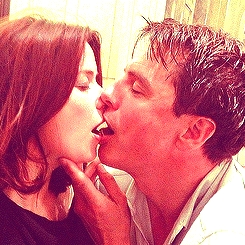 Post a picture of an actor kissing someone.