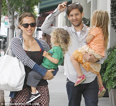 Post a picture of Tobey Maguire with his wife and children