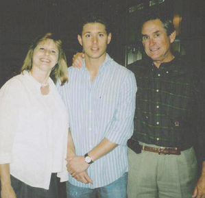 Post a picture of an actor with his mom and dad