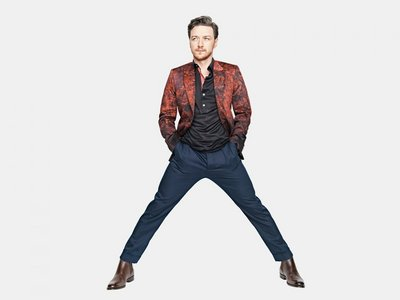 Post a picture of an actor with his legs apart