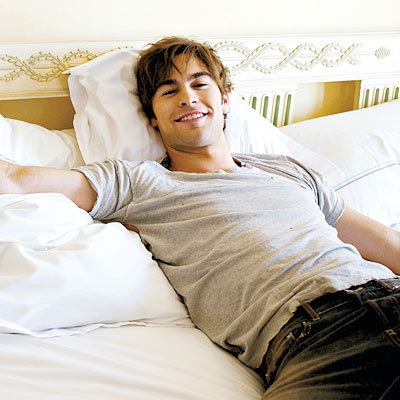 Post a picture of an actor lying on a bed.