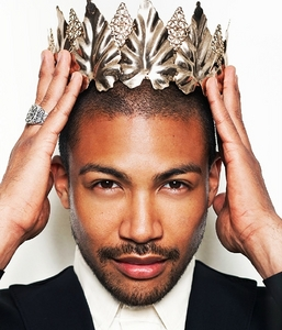Post a picture of an actor wearing a crown.