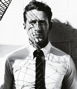 Post a picture of an actor wearing a tie.