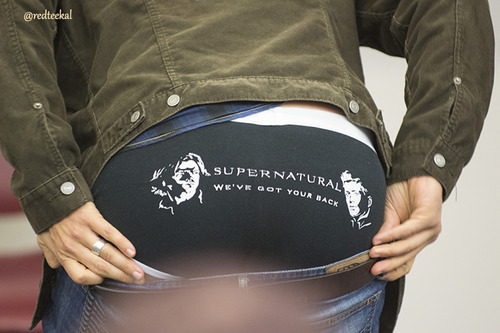Post a picture of an actor 表示中 his underwear.