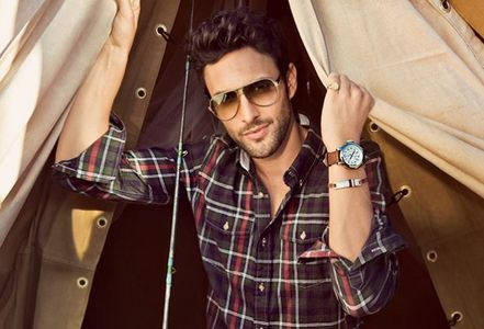Post a picture of an actor wearing a watch.