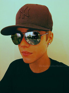 Post a picture of an actor wearing reflective shades.
