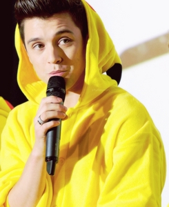 Post a pic of an actor ou singer wearing yellow.