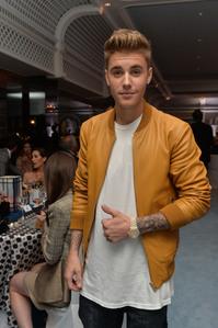 Post an actor ou singer wearing yellow.