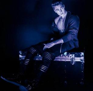 Post a picture of an actor или singer which is dark.