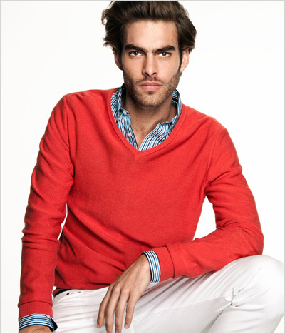 Post a pic of an actor atau singer wearing red.