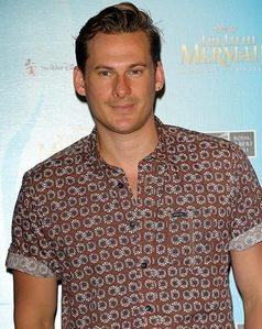 Post a pic of an actor atau singer wearing a shirt.