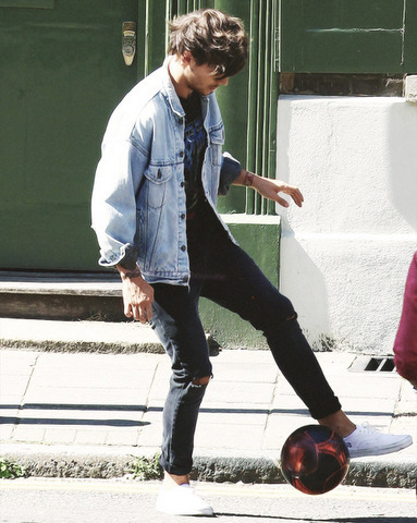 NEW contest ⚽️ Louis playing ou holding a football ⚽️