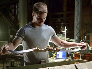 WEAPON CHECK Arqueiro (Stephen Amell) gets ready to intimidate another corrupt businessman.
