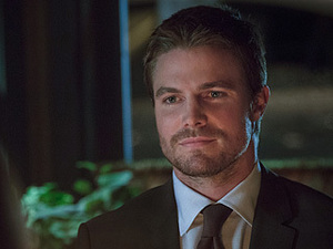 Oliver (Stephen Amell) suited up at dinner.