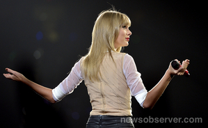 Taylor pantas, swift in konsert at PNC Arena in Raleigh, NC Friday night, Sept. 13, 2013.
