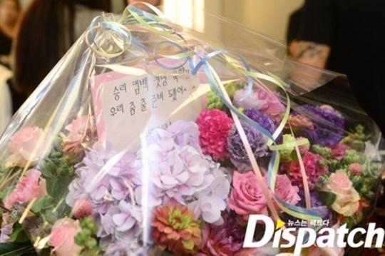 The first thing that caught my eyes was this 꽃 basket. The words, 'Congrats on Seungri's comeback. We are ready to dance,' are clearly written. His 팬 club gave him a present to congratulate his first TV appearance. Seungri placed the 꽃 in