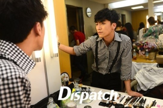 Hairstyle, makeup, and costumes are all set. Seungri checked himself in the mirror right before he went on stage. He made sure he looked perfect by checking himself in different angles.