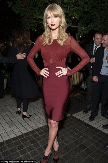 Vixen: Taylor nhanh, nhanh, swift displayed her slender figure in a fitted maroon áo dài, áo khoác, áo dài, áo khoác, frock as she posed at the Weinstein Company holiday party on Thursday in West Hollywood