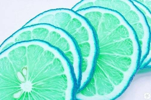Turquoise tastes like green apfel, apple and blueberry.