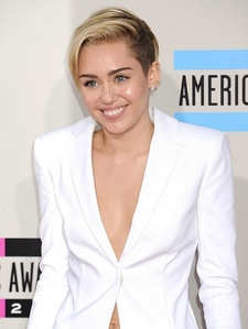 Cyrus at the 2013 American música Awards
