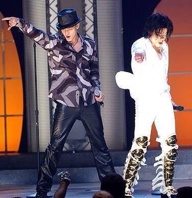 Justin & Michael Jackson at the MTV awards 2001