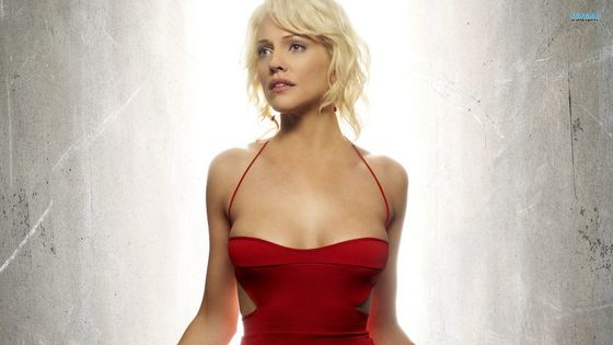5) Tricia helfer. When I first sore her on battlestar galactica my jaw hit the floor. She is so elegent and gracile like a godess. The Canadian hottie has worn many hair colours but my favourite is platinum blonde.