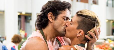 dia 6: The best kiss. Joni and Tina from Mar Salgado.